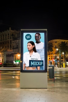 Städtische stadtlichter bei nacht mit zeichenmodell