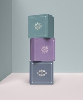 Stapel von farbigen schmuckgeschenkboxen