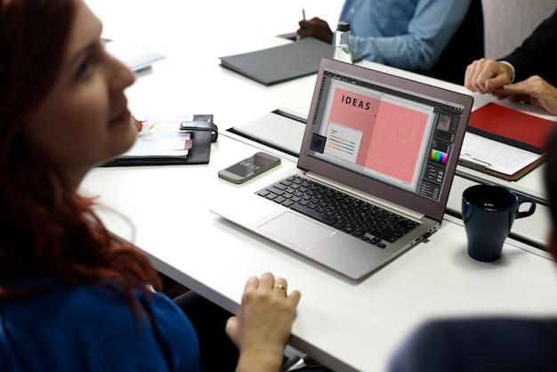 Startgeschäftsleute, die an laptop arbeiten