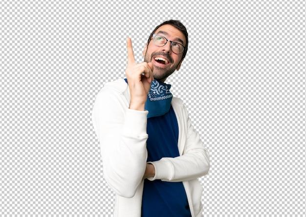 Stattlicher mann mit gläsern eine großartige idee zeigend und oben schauend