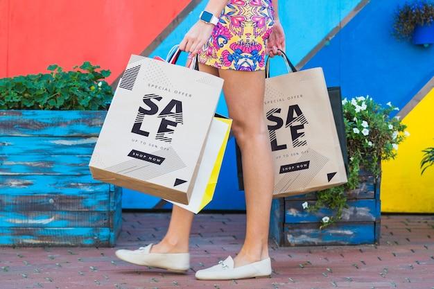 Stilvolle frau mit einkaufstaschenmodell