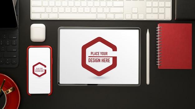 Stilvoller arbeitsbereich mit mockup-tablet, smartphone, büromaterial und kaffeetasse