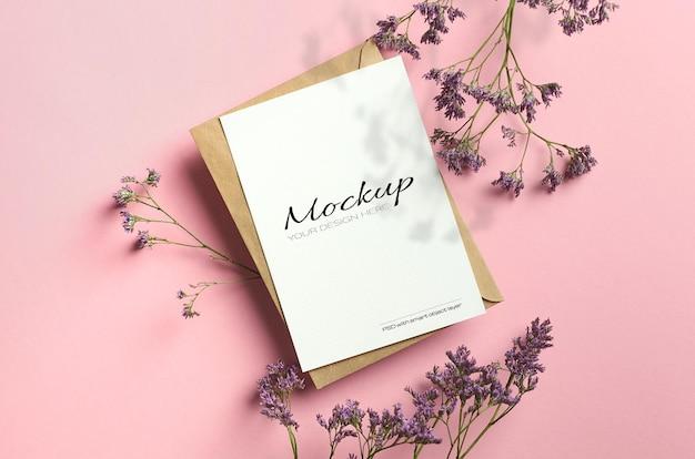 Stilvolles stationäres kartenmodell auf rosa farbpapier mit limoniumblumen und schatten