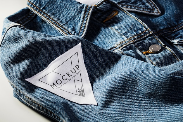 Stoffkleidungs-patch-modell auf jeansmaterial