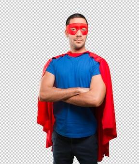Stolzer superheld mit verschränkten armen