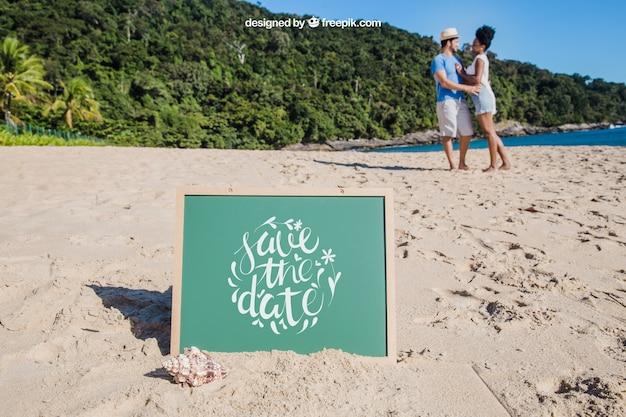 Strand-konzept mit schiefer in sand stecken