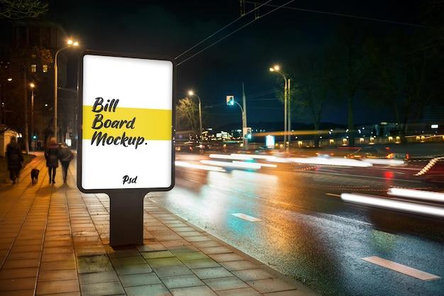 Straßen-reklametafel-modell in der stadt bei nacht