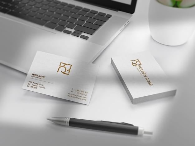 Strukturierte luxus-visitenkarte auf weißem papiermodell Premium PSD