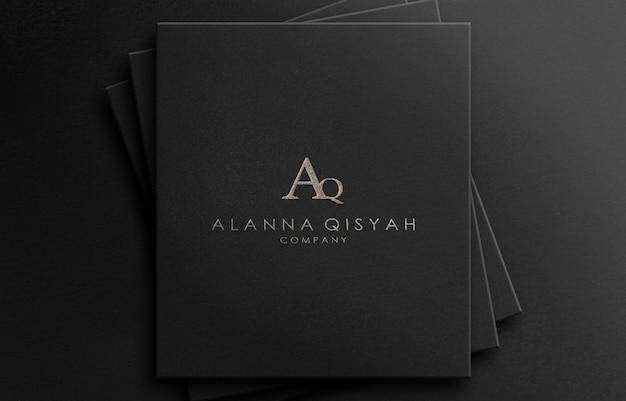 Strukturierter luxus des 3d-logo-modells auf schwarzem papier