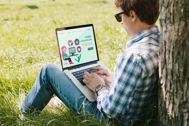 Student arbeitet am laptop im freien