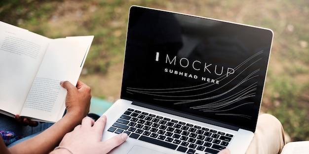 Student, der an seiner aufgabe auf einem laptopbildschirmmodell arbeitet