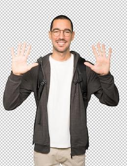 Student macht eine geste der nummer zehn