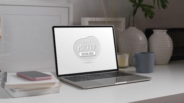 Studiertisch mit mock-up-laptop, smartphone, büchern, schreibwaren und dekorationen