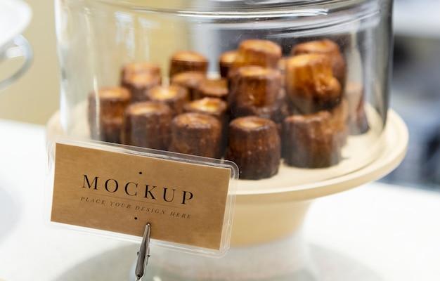 Süßspeise auf dem display mit etikett