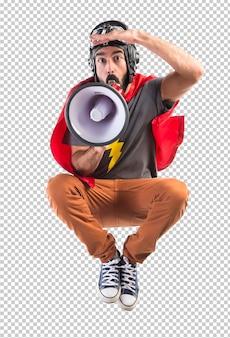 Superheld, der durch megaphon schreit