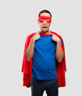 Superheld mit einer ansagegeste