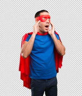 Superheld posiert schockiert