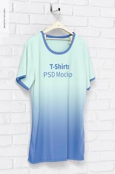 T-shirt mockup an der wand hängen