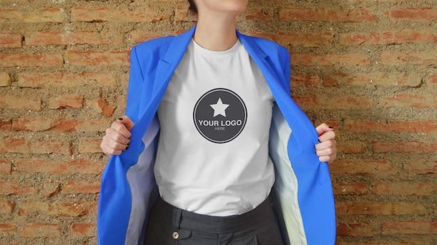 T-shirt modell für logo mit jacke (bearbeitbare farbe)