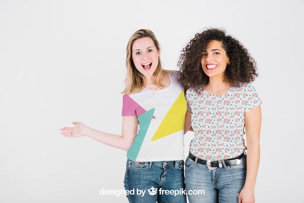 T-shirt-modell mit glücklichen frauen