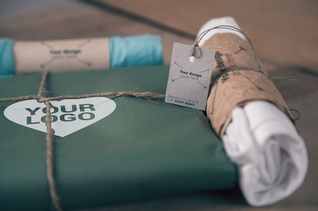 T-shirt papierverpackung und juteseilmodell