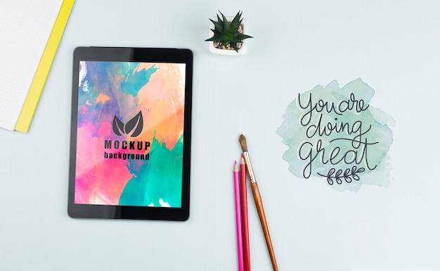 Tablet auf dem schreibtisch mit werkzeugen