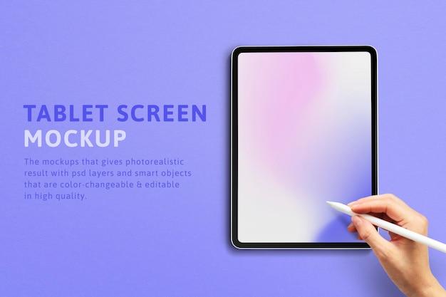 Tablet-bildschirm mit hand, die den stift ad . hält