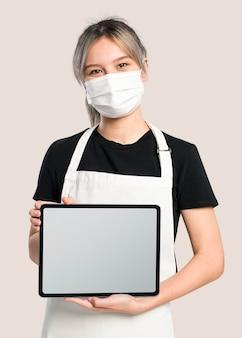 Tablet-bildschirm-mockup-psd mit frau, die vorstellt