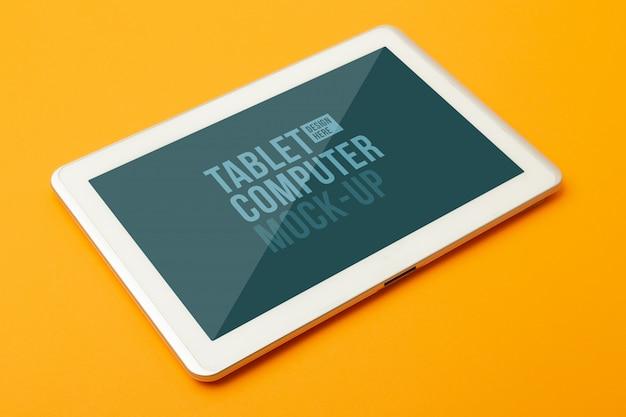 Tablet-computer-modellvorlage auf orangefarbenem hintergrund.