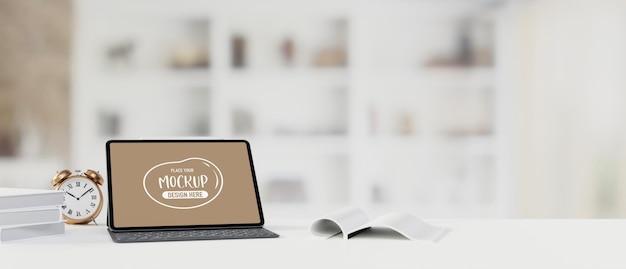 Tablet mit mockup-bildschirm und tastatur auf dem tisch
