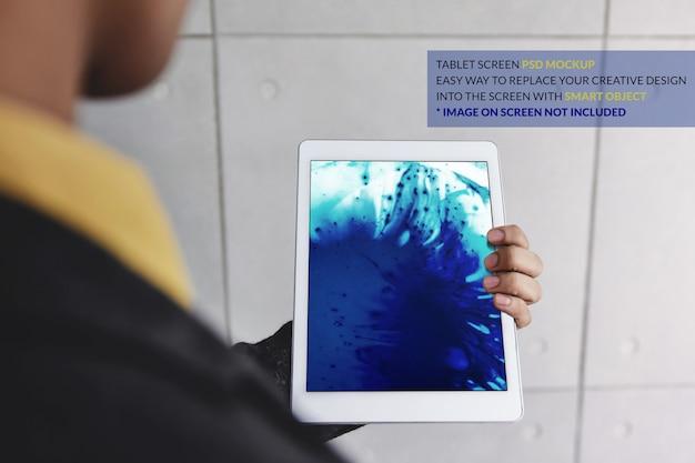 Tablet-mockup-bild. digital-tablet an hand mit bildschirmschablone