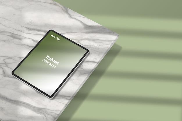 Tablet-modell auf marmor mit schattenüberlagerung