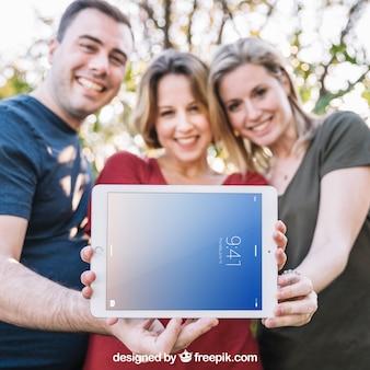 Tablet-modell mit drei freunden