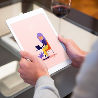 Tablet-modell mit frau zu hause
