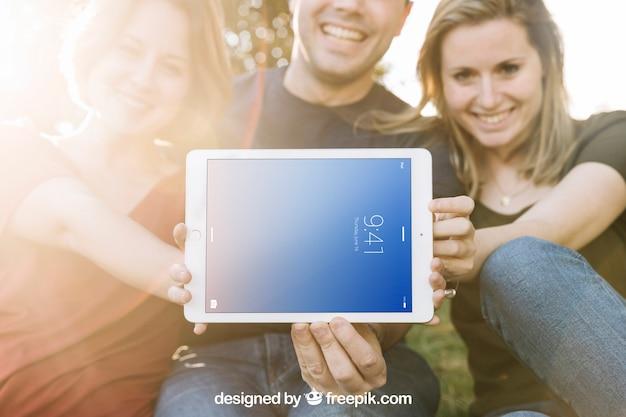 Tablet-modell mit freunden und sonnenschein