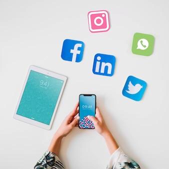 Tablet-modell mit konzept des sozialen netzes