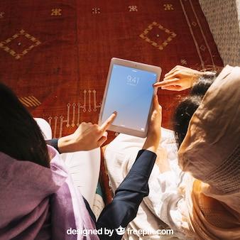 Tablet-modell mit muslimischen frauen