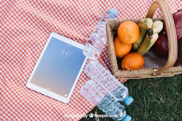Tablet-modell mit picknick-konzept
