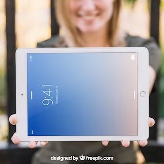 Tablet-modell mit verschwommene frau