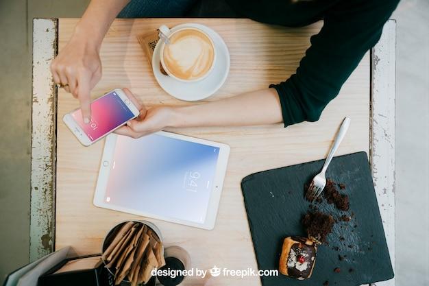 Tablet- und smartphonemodell mit draufsicht des schreibtisches