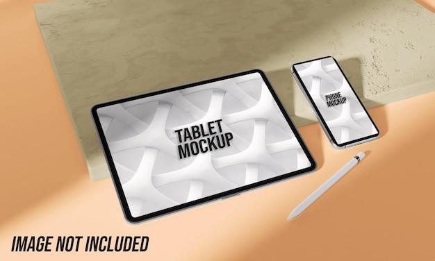 Tablet- und telefonmodell auf marmor