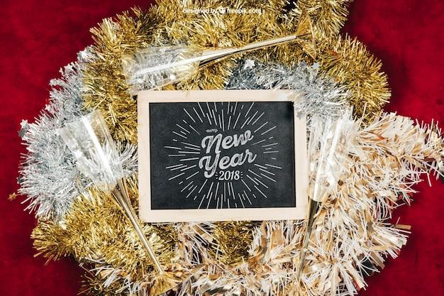 Tafel und blumen wreathhmockup mit christmtas design