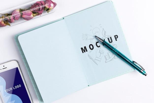 Tagesordnung und smartphone auf schreibtisch im büro