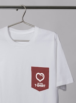 Taschen-t-shirt-modell auf einem kleiderbügel