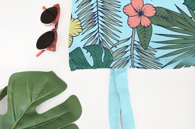 Taschenmodell mit tropischem blumenkonzept