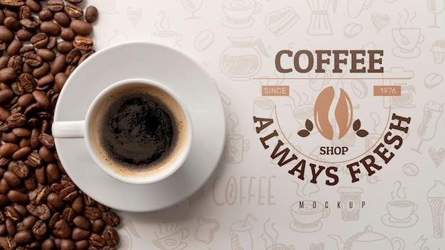 Tasse kaffee auf dem schreibtisch