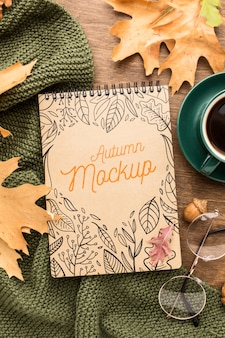 Tasse kaffee mit notizbuch