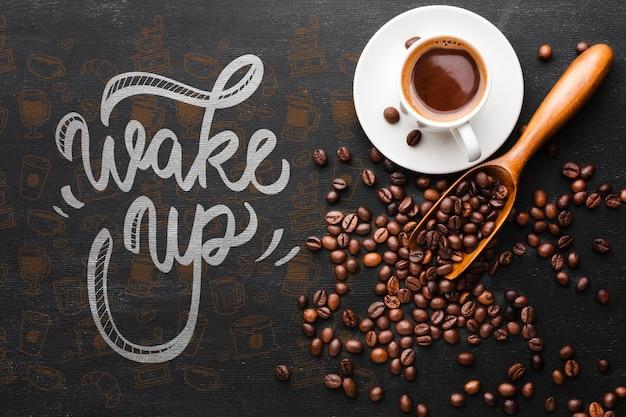 Tasse kaffee und kaffeebohnehintergrund