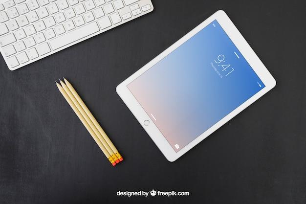 Tastatur, bleistifte und tablette