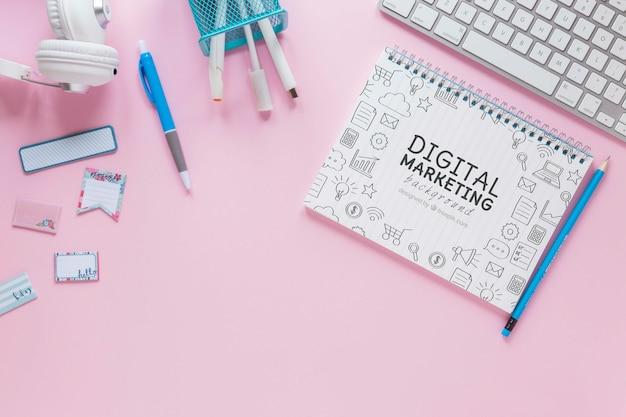Tastatur- und notizbuchmodell auf rosa hintergrund